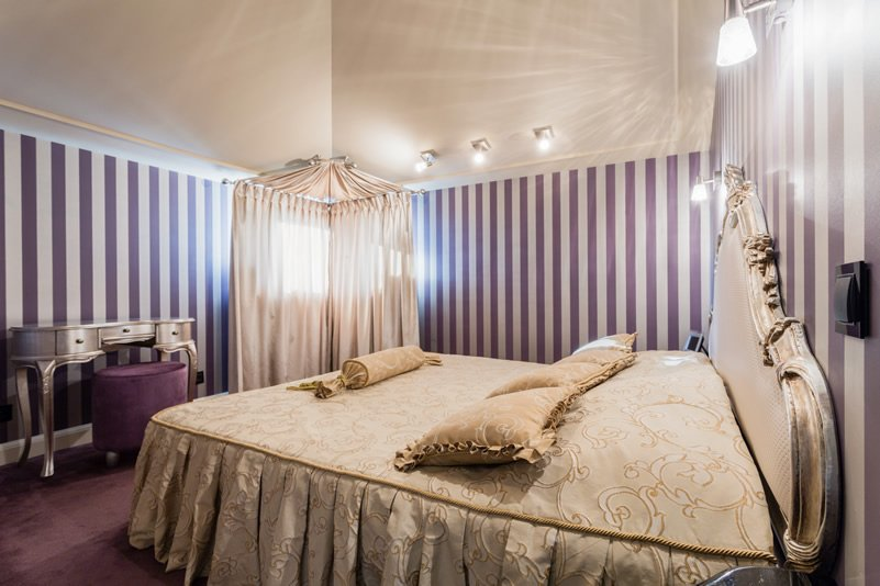 regal purple bedroom design wallpaper
