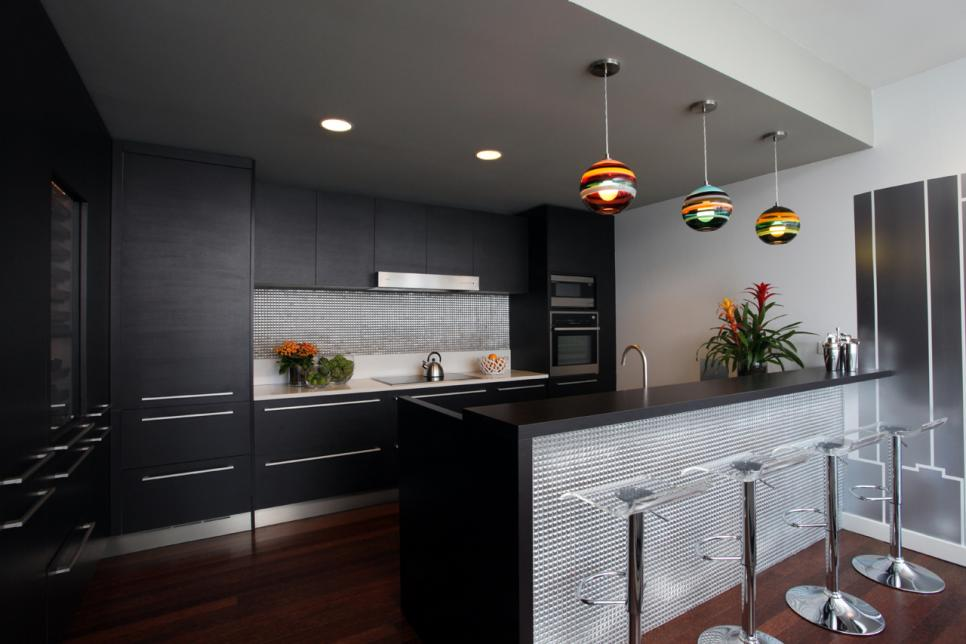 Masculine kitchen decoration using stainless steel backsplash