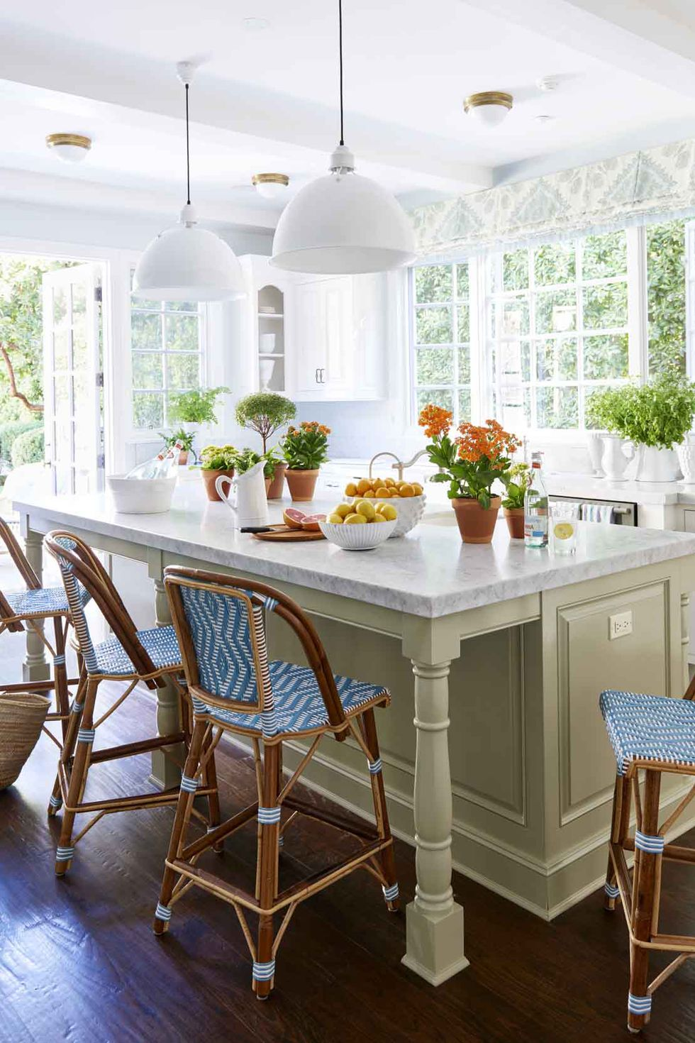 white kitchen with complementary colors