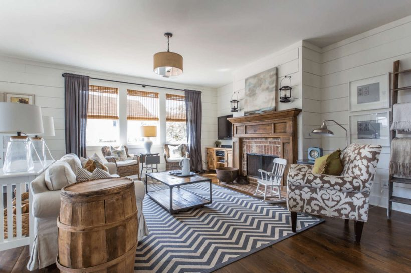 What Is Farmhouse Style - Farmhouse Living Room With Fireplace And Chevron Rug